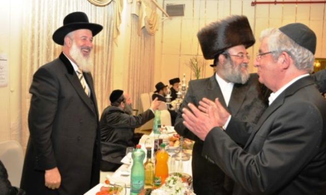 אברהם בריסק (במרכז) בחתונת בנו (צילום: בחדרי חרדים)