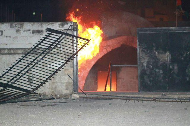 קבר יוסף הועלה הלילה באש