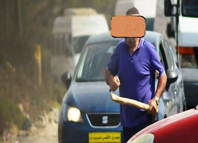יצא עם אלה בידו מרכבו, רגע לפני הדריסה (צילום: עוברי אורח פלסטינים)