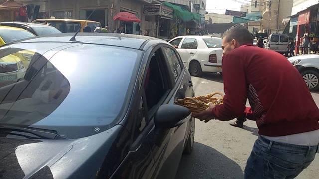 מחלקים סוכריות בדורא (צילום: תקשורת פלסטינית)