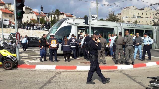 """דקות לאחר הפיגוע - הרכבת הקלה (צילום: מד""""א)"""