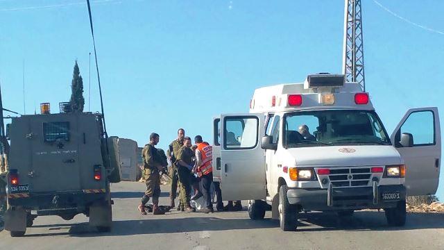 """החייל מפונה לבית החולים (צילום מד""""א)"""
