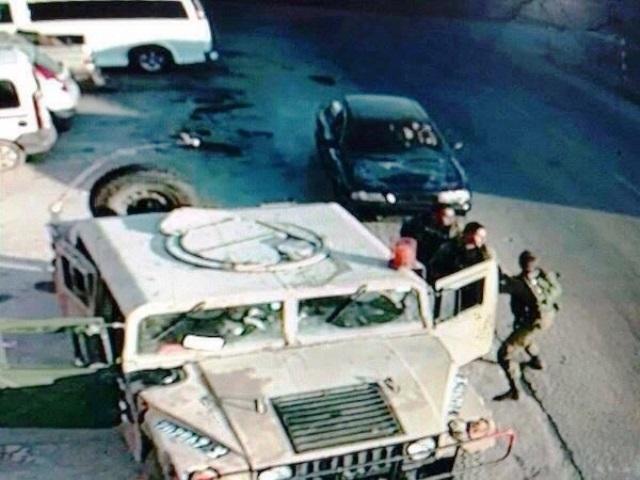 שניה לפני הפיגוע, הרכב מאיץ לפגוע בחיילים (צילום מסך)