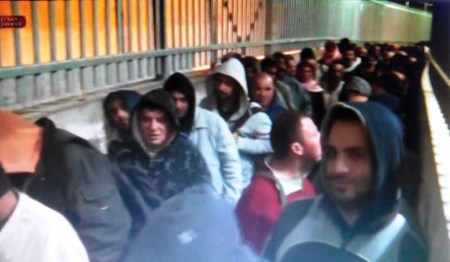 פלסטינים ממתינים ליציאתם לעבודה במעבר 300 (צילום ארכיון )