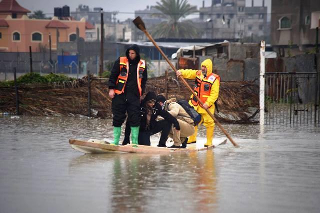 עזה אתמול - מכבי אש מחלצים אנשים (צילום: Gaza now news)