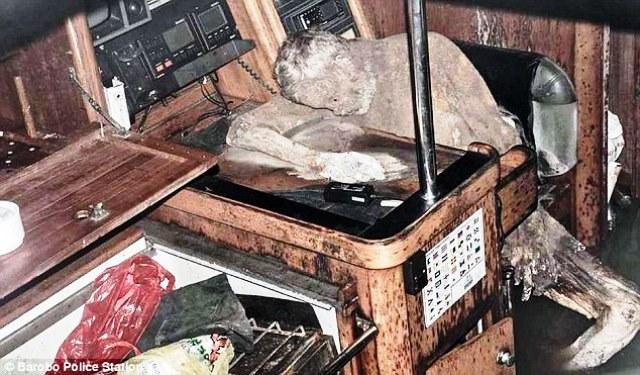 גופתו החנוטה של מאנפרד מכשיר טלפון לוויני לידו  ומכשיר הקשר בו ניסה לשדר