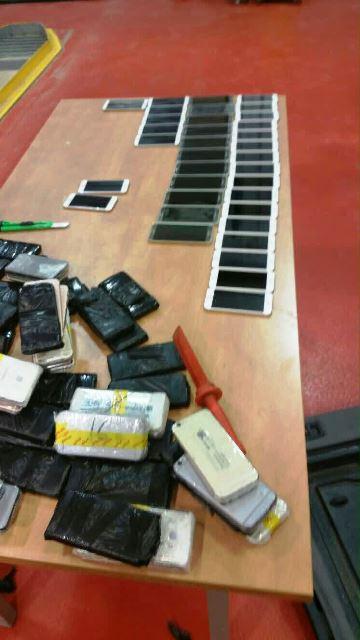 מאות סמארטפונים (צילום באדיבות חקירות המכס)