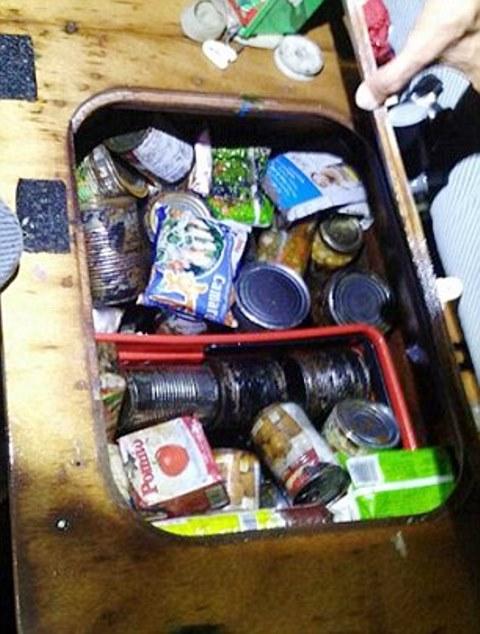 קופסאות שימורים שקיות מזון שנמצאו על גבי היאכטה (צילום: משטרת בארובו)