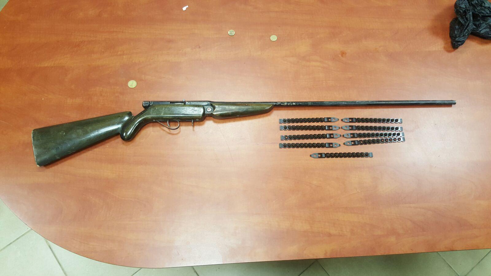 רובה הציד והתחמושת שנתפשו  (צילום: חטיבת דובר המשטרה)