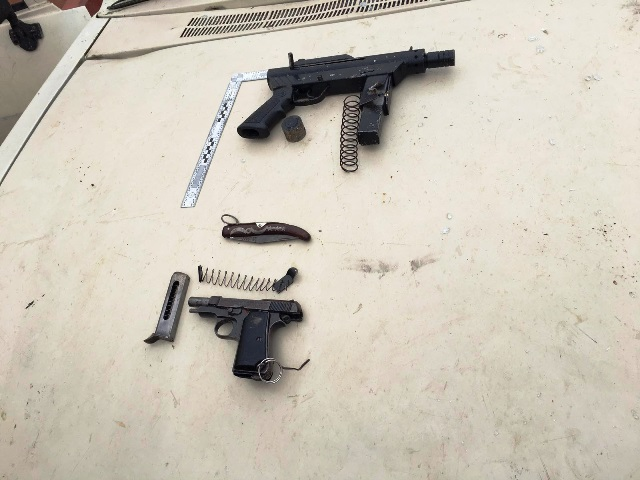 """הנשקים שנמצאו ברשות המחבלים (צילום: דובר צה""""ל)"""