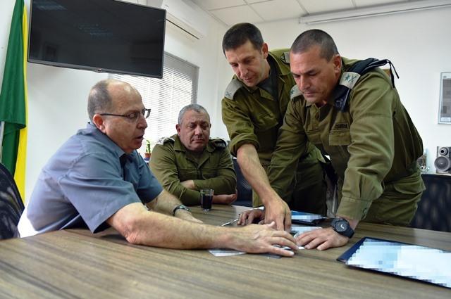 בוגי ואייזנקוט בסיור באוגדת עזה ( צילום: אריאל חרמוני משרד הביטחון)