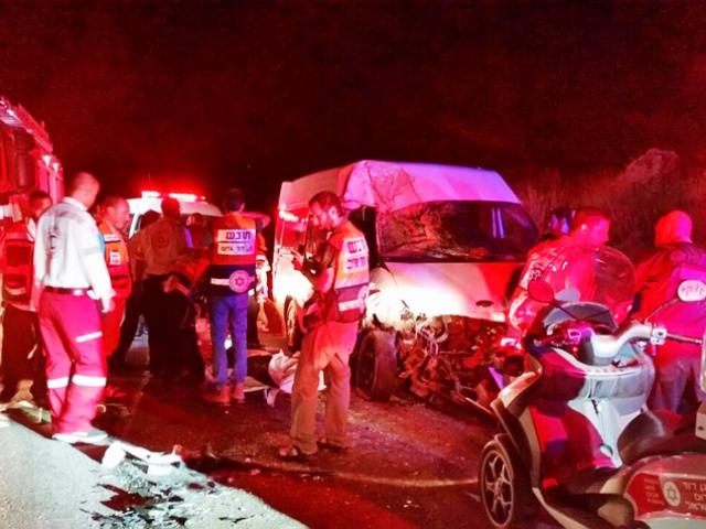 """זירת התאונה בכניסה לבאר שבע (צילום: מד""""א)"""
