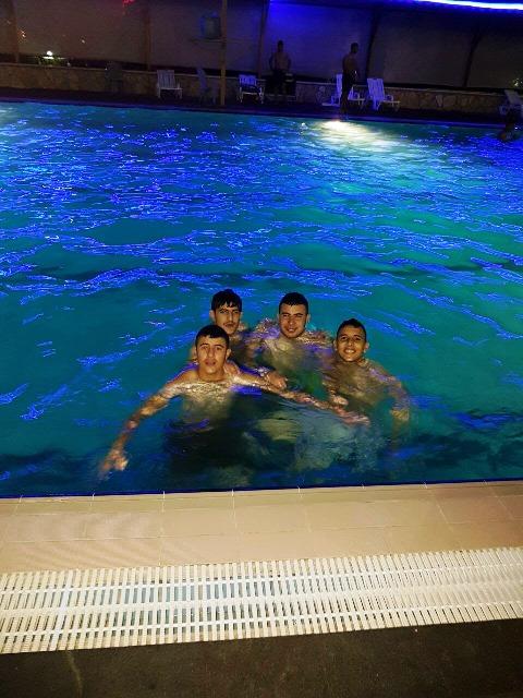 שעה קלה לפני התקרית, הנערים בבריכת השחייה, מחמוד בדראן ראשון מימין (צילום: דאוד)