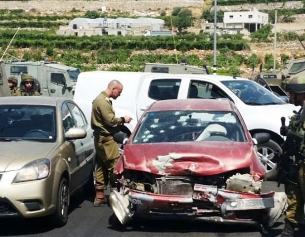 """רכב הפלסטינית נפגע מעשרות קליעים (צילום: זאב - דיווחי ירושלים ויו""""ש)"""