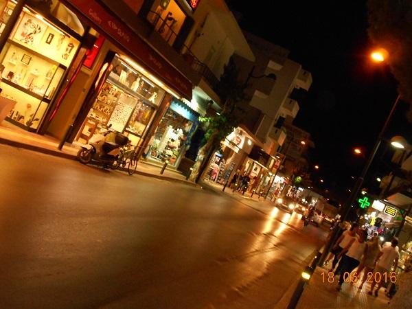 רגע לפני חצות. רחובות שוקקים. צילמה בתדהמה ענת מנדל