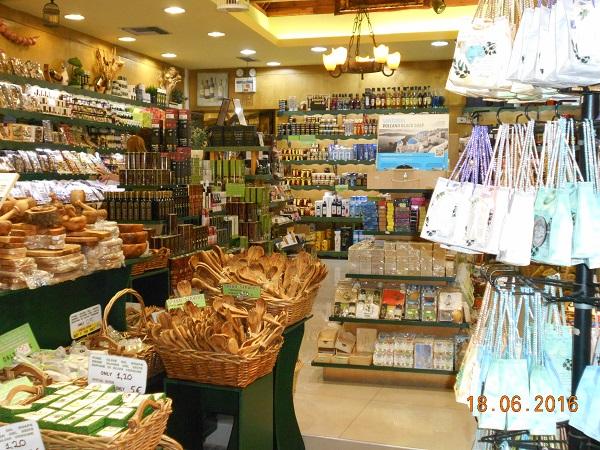 חנות מזכרות של מוצרי עצי זית. צילמה בהנאה ענת מנדל