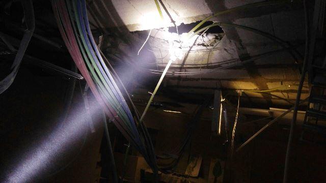 חור נפער בגג המרכז (צילום: חטיבת דובר המשטרה)