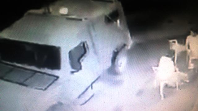 הג'יפ עוצר ליד הצעירים (צילום מסך מתוך הסרטון)