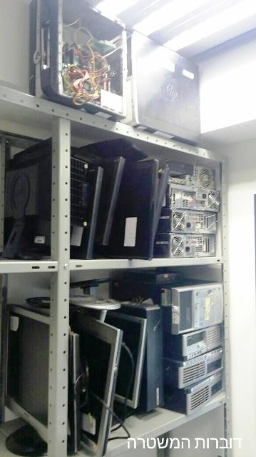 """ציוד הימורים, מחשבים ו""""מוחות"""" שנתפשו בידי המשטרה (צילום: חטיבת דובר המשטרה)"""