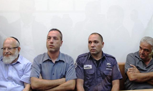 מימין לשמאל: מאברהם תשובה (יושב מימין) , צפריר פיירברג ומשמאל הרב אברהם גוגיג (חדשות לפני כולם)