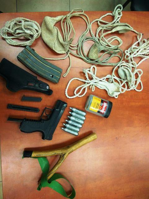 מקלעי אבנים, תחמושת והאקדח שנתפשו בבית החשוד (צילום: חטיבת דובר המשטרה)