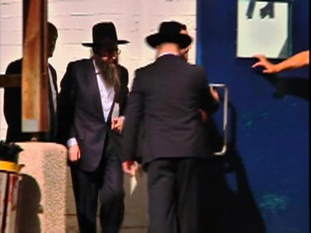 פינטו בכניסתו לכלא (צילום מסך: חדשות 2)