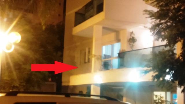 המרפסת אליה הושלך הרימון (צילום: מגפון ניוז)