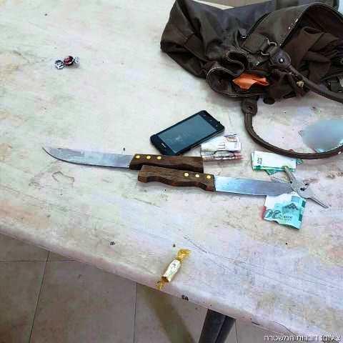 הסכינים שהיו בתיק החשודה (צילום: דוברות המשטרה)