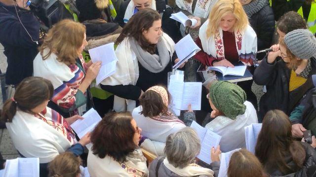 תפילת התעוררות מחוץ לכותל (צילום: נשות הכותל