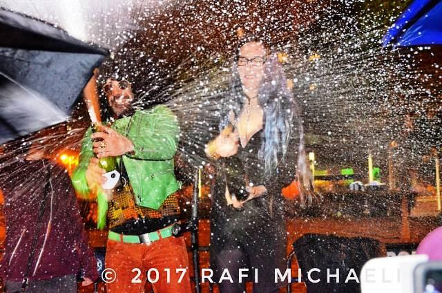 """שמפניה מול בית היועה""""מ (צילום: רפי מיכאלי)"""
