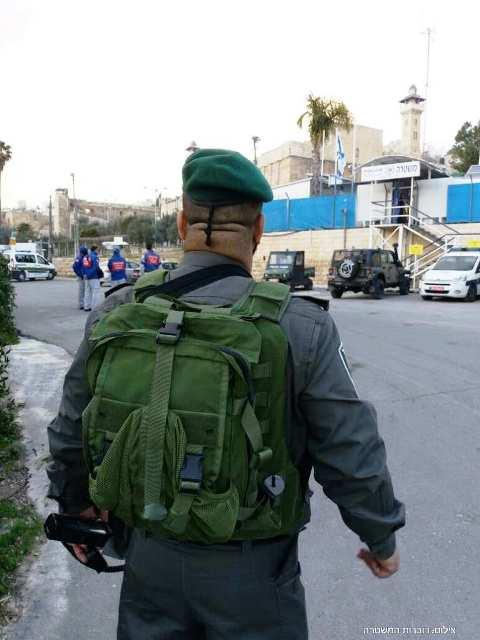 הסכין שהיה בידי הפלסטינית (צילום: משטרת ישראל)