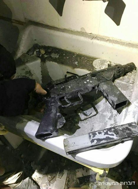 הנשק מסוג קרלו בבית המחבל (צילום: דוברות המשטרה)