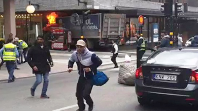 אנשים נמלטים מהמשאית