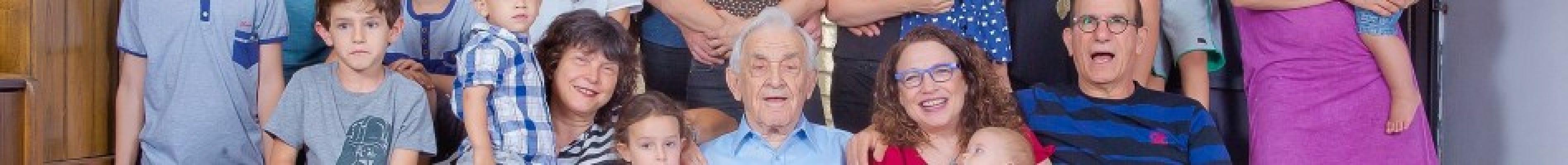 """ד""""ר ישראל מכטיי, בחיק משפחתו שבנה לאחר ששרד את מלחמת העולם השנייה, השבי והשואה."""
