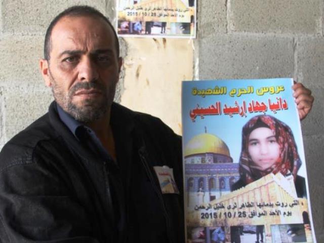 ארשיד עם תמונתה של דניה בתו (צילום אלג'זירה)
