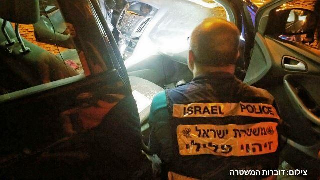 בוחני המשטרה בוחנים את הרכב (צילום: דוברות משטרת ישראל)