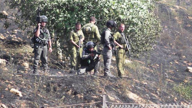 """לוחם מג""""ב בכינון ישיר לעבר הפלסטינים (צילום: זכריה סדה, רבנים למען זכויות אדם)"""