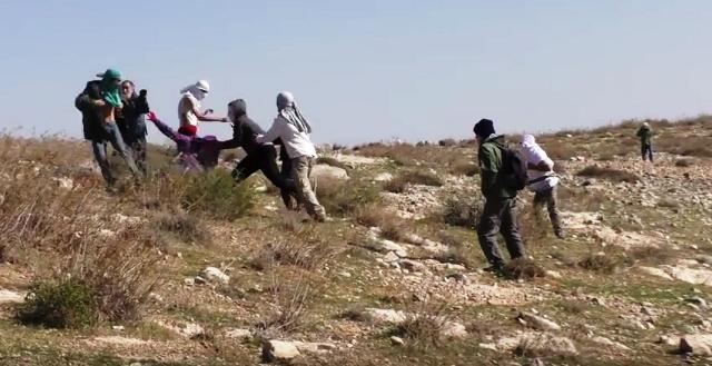 צילום תקיפת המלווים בידי מתנחלים - מתוך תיעוד ווידאו