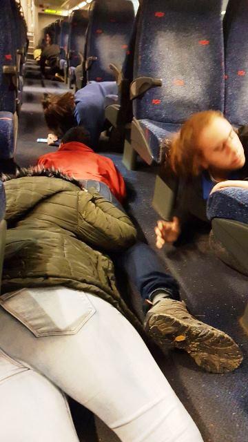 נוסעים משתטחים ברכבת בסמוך לשדרות (צילום: רעות שמעוני)
