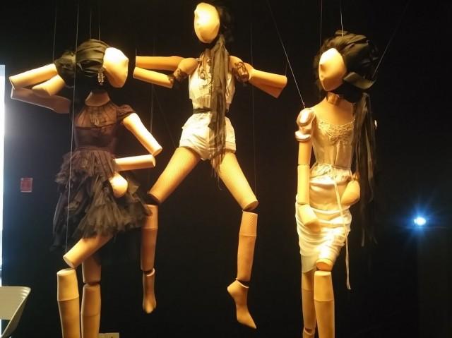 """לבגדים של רונית אלקבץ יש נשמה ורוח: """"ז'ה טם"""" – במוזיאון העיצוב בחולון"""
