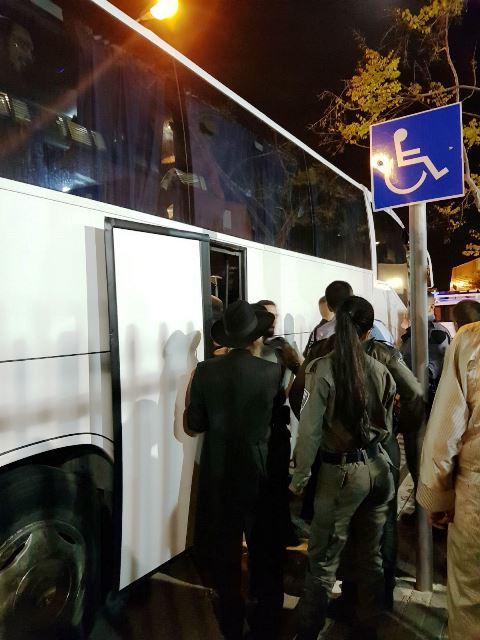 העצורים מגיעים לתחנת המשטרה (צילום מסך: בחדרי חדרים)