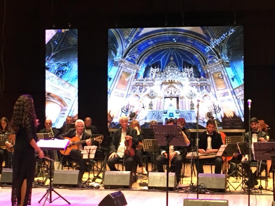 מסך מתפצל וצילומים מארמונות אנדלוסיה בקונצרט שיר תפילה של התזמורת האנדלוסית אשדוד.