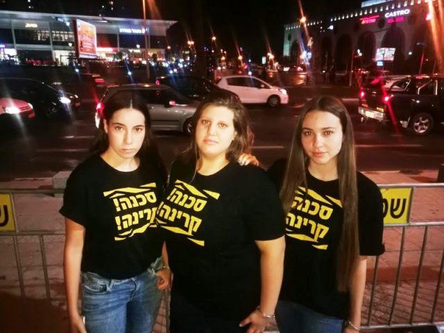 מימין לשמאל לורין אדרי, טליה חרמון (במרכז) עמית ברכה (צילום באדיבות התלמידות)