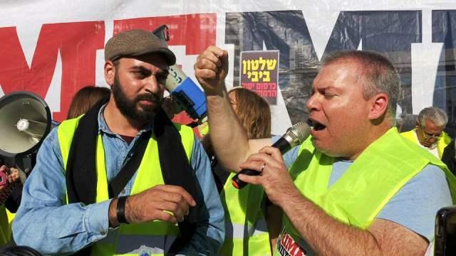 מימין גונן בן יצחק, משמאל דוד מזרחי בעת ההפגנה (צילום ציפי מנשה)