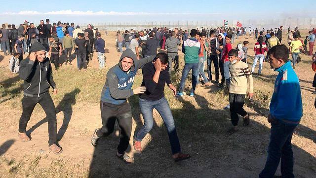 """פלסטינים נמלטים מהפצצות צה""""ל (צילום: מקורות פלסטינים)"""