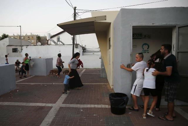 תושבים רצים למקלט בשדרות (צילום: קבוצת גלובל - טלגרם)