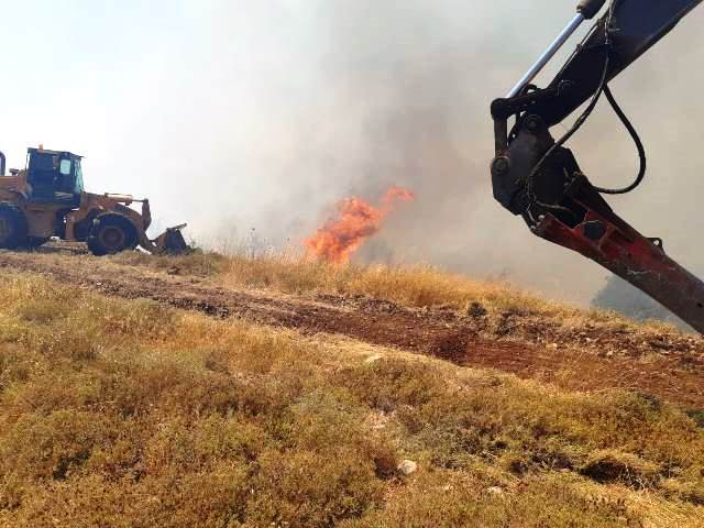 הכבאית וכלים כבדים נכנסו לפעולה כשהאש איימה על אדמות יצהר (צילום: צוות כיבוי יצהר)