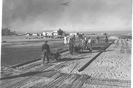היסטוריה: 1938 - פועלים סוללים את מסלול הנחיתה וההמראה הראשי בנמל התעופה שדה דב בתל אביב. צילום: KLUGER ZOLTAN, לשכת העיתונות הממשלתית