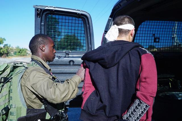 """מעצר החשודים (צילום: דובר צה""""ל)"""