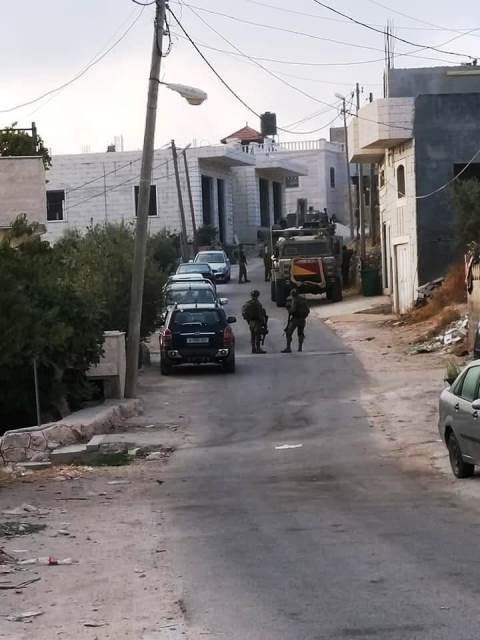 הרכבים מועמסים על גרר (צילום: דיווחי פלסטנים)